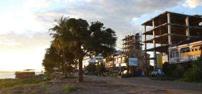 Nadbrzeżna promenada w Pakse w Laosie