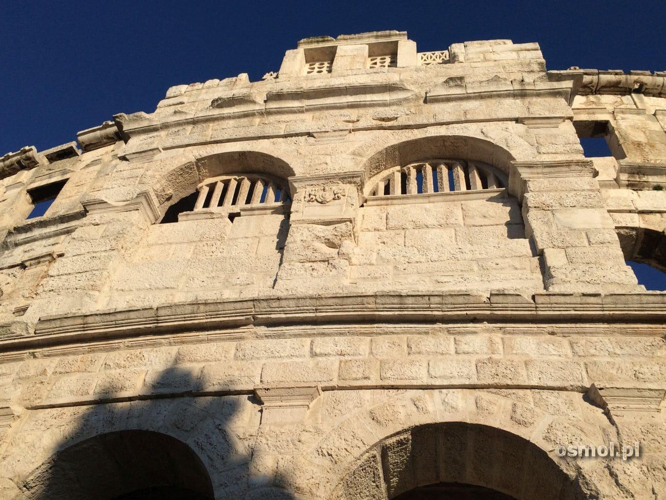 Amfiteatr był rzecz jasna bogato zdobiony, a część zdobień przetrwałą do naszych czasów.