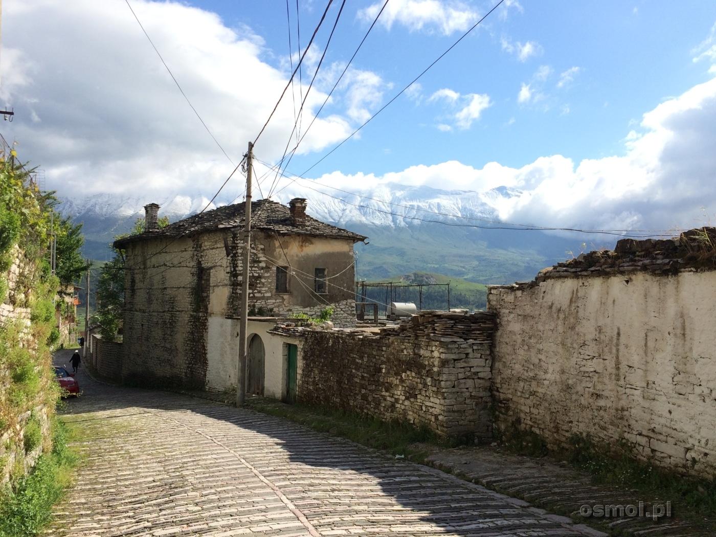 Uliczka w Gjirokastrze z widokiem na góy