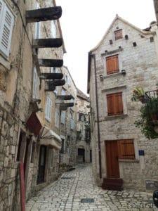 Waskie uliczki sterego miasta w Hvarze