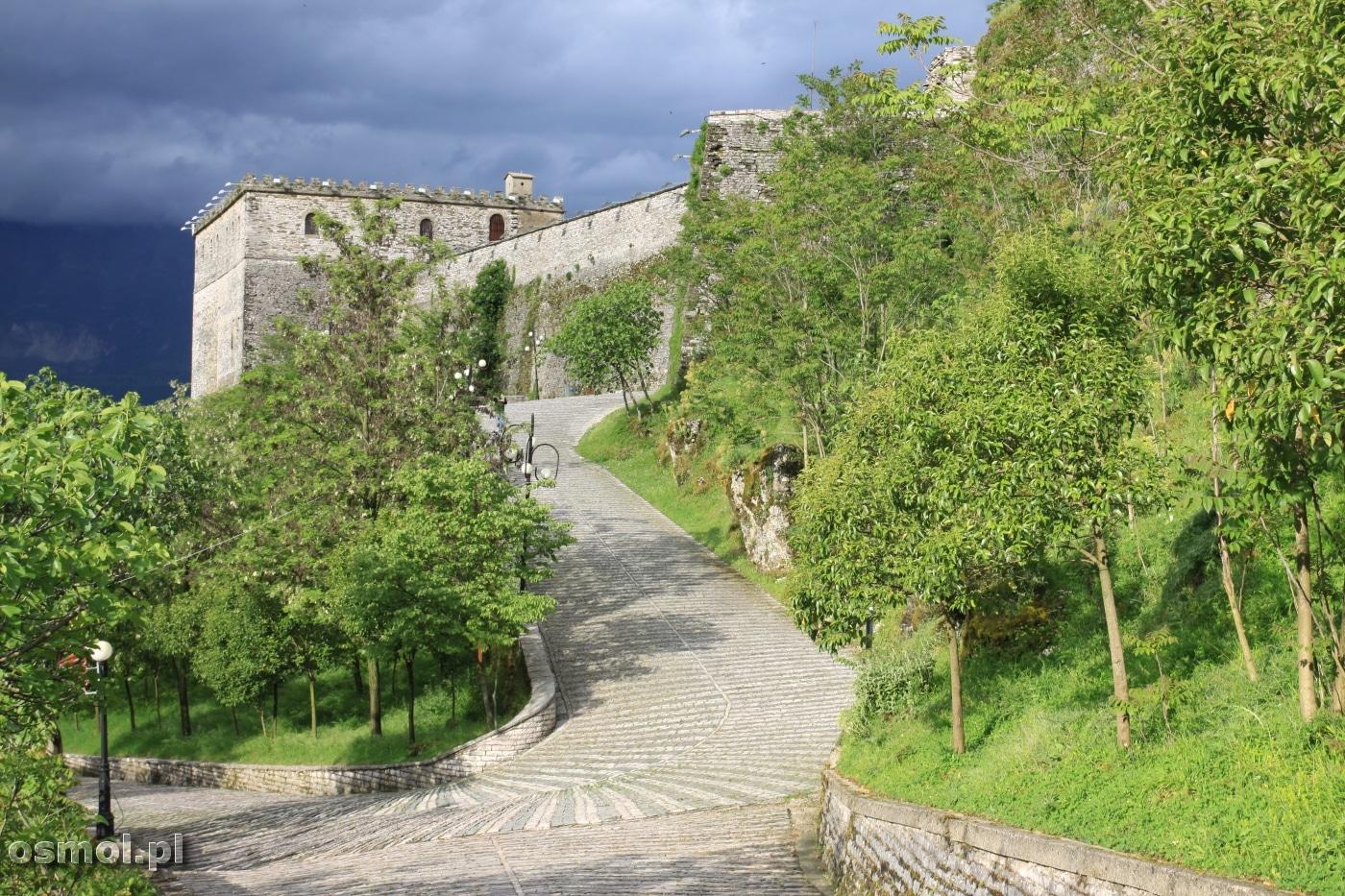 Droga do zamku w Gjirokastrze
