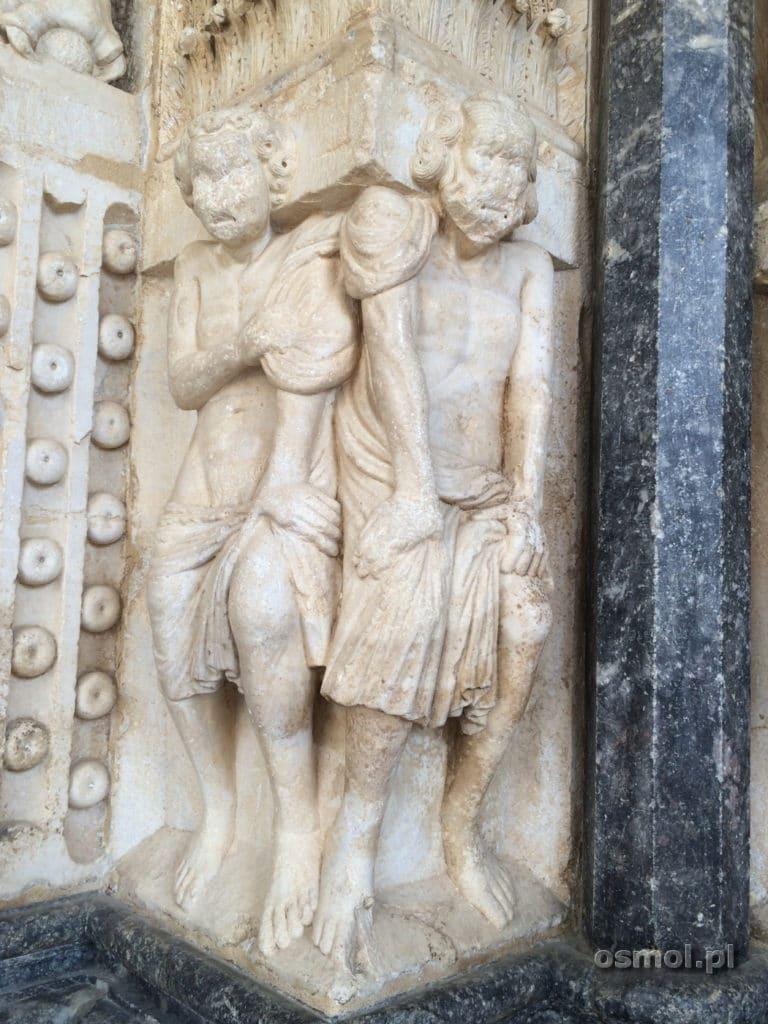 Atlanci dzwigajacy portal w kosciele w Trogirze