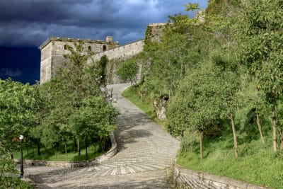 Doroga do zamku w Gjirokastrze