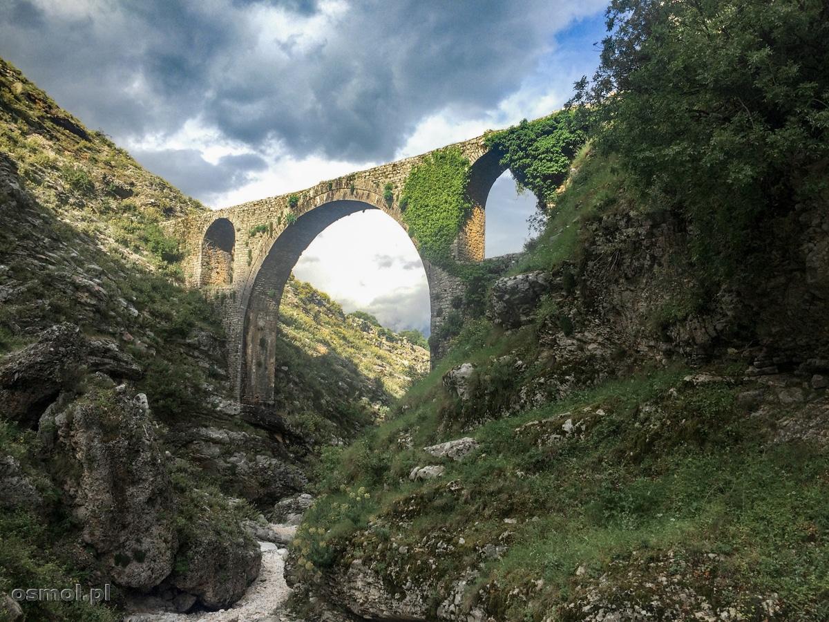 Stary akwedukt w okolicy Gjirokastry