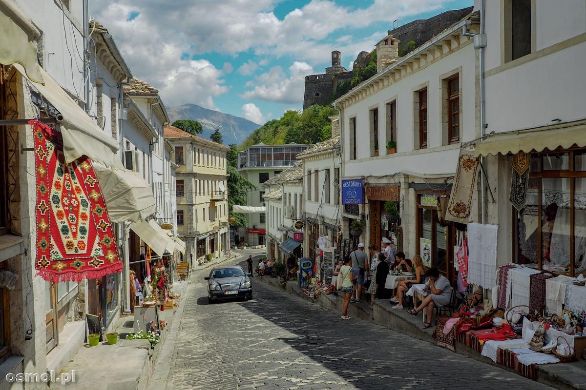 Uliczka w Gjirokastrze - rzecz jasna jak na starą część miasta przystało mnóstwo tu sklepów z pamiątkami dla turystów.