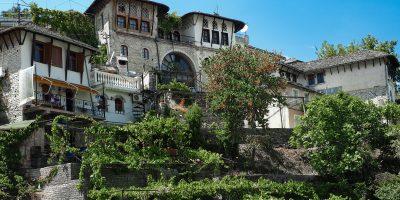 Gjirokastra pełna jest starych domów, zieleni i ogrodów