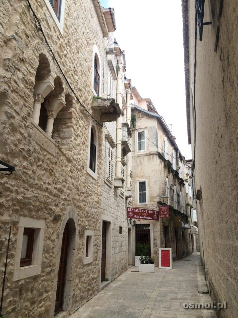 Jedna z ulic w Trogirze w Chorwacji