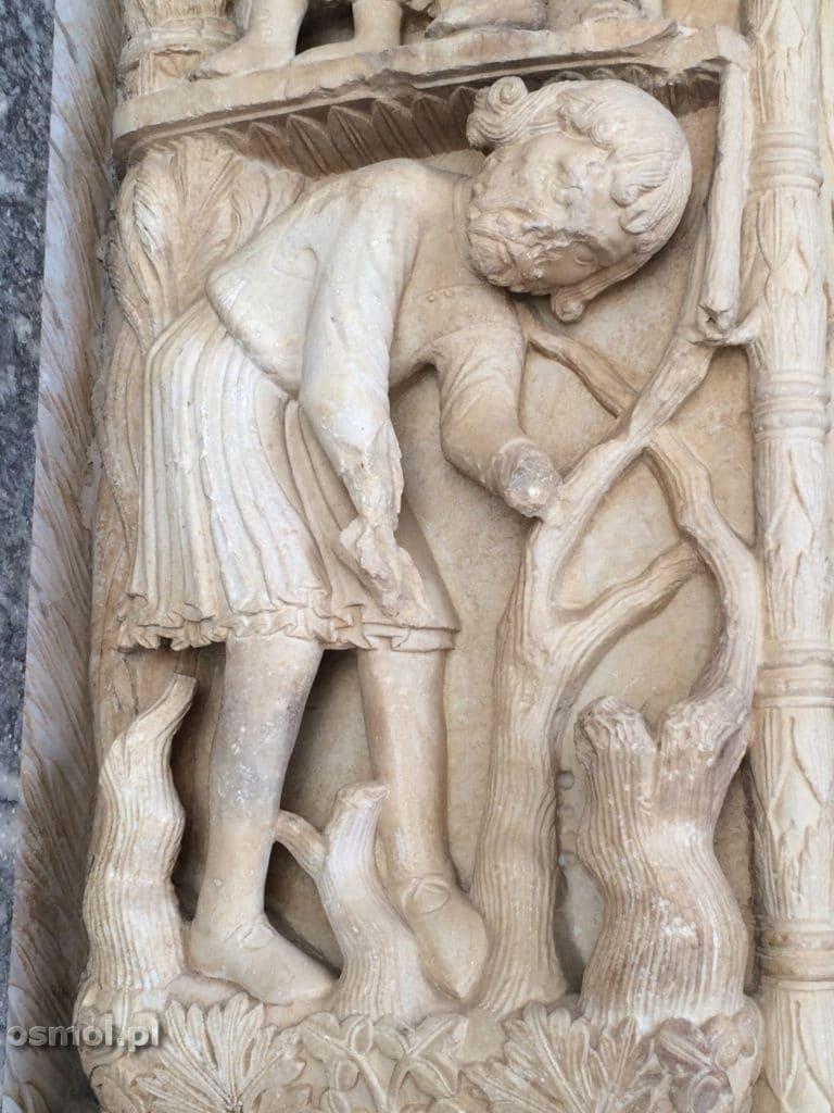 Postac z rzezbionego wejscia do katedry