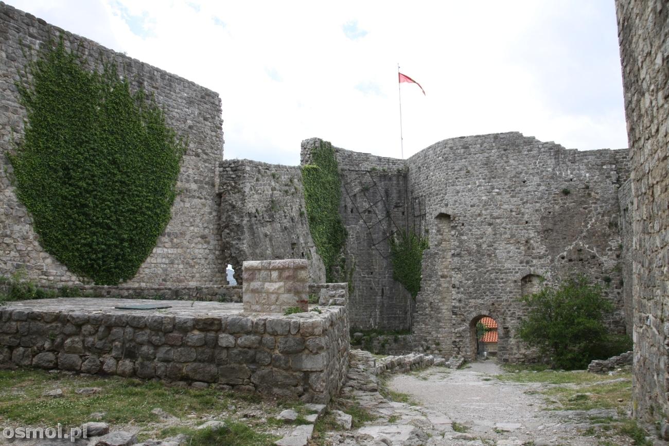 Wyrwa w murze w zamku w Starym Barze - Czarnogóra