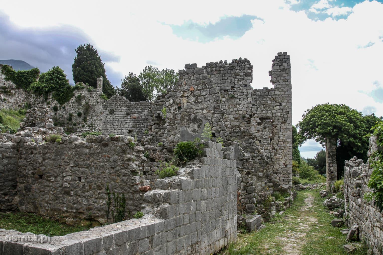 Uliczka w ruinach Starego Baru