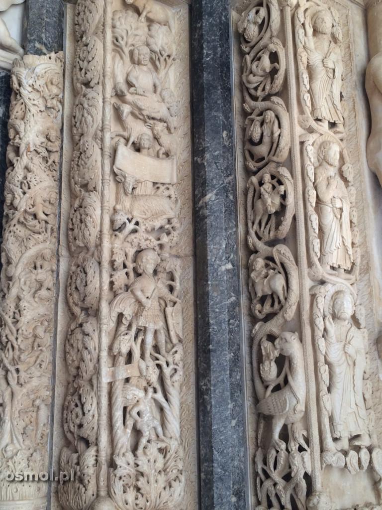 Trigir rzezby portalu w katedrze