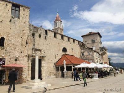 Trogir w Chorwacji - mury obronne wkomponowane w domy