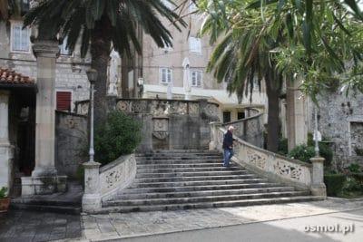 Jedne ze zdobionch schodow w Korculi