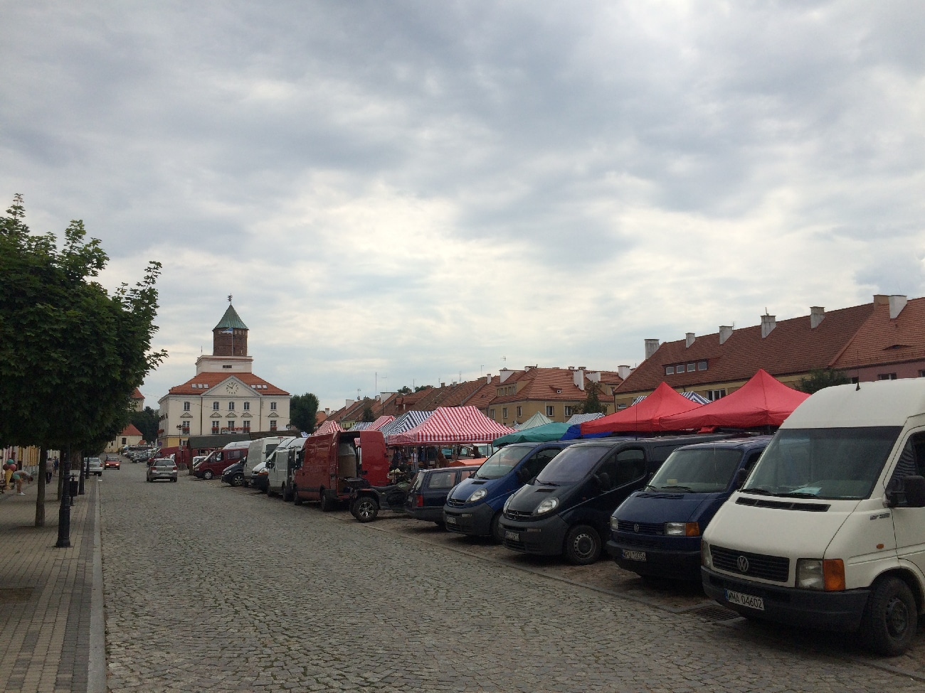 Rynek w Pułtusku - w godzinach porannych i południowych to tętniące życiem, zastawione samochodami targowisko. W sobotę po godzinie 14 pustoszeje i po zabytkowym bruku hula wiatr