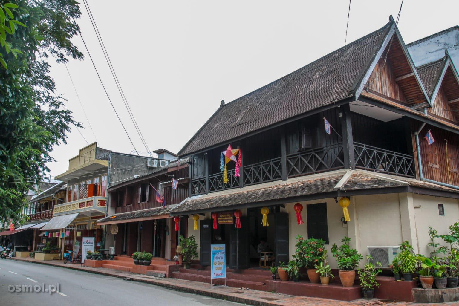 Ulica nad rzeką w Luang Prabang - tu zachowała się stara architektura i panuje klimat jak przed 100 laty. Azja zmieszana z Europą