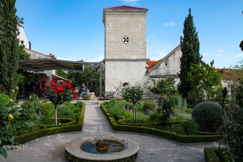 Ogród przyklasztorny obok kościoła św. Wawrzyńca w Szybeniku