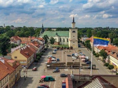 Panorama Pułtuska z wieży ratuszowej. Widok na kolegiatę i najdłuższy brukowany rynek w Europie.