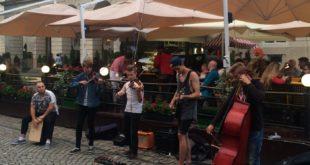 Grające na ulicy, na Rynku czy pod operą zespoły, to we Lwowie standard. Każdego dnia wieczorem i za dnia usłyszymy tu jakiś koncert.