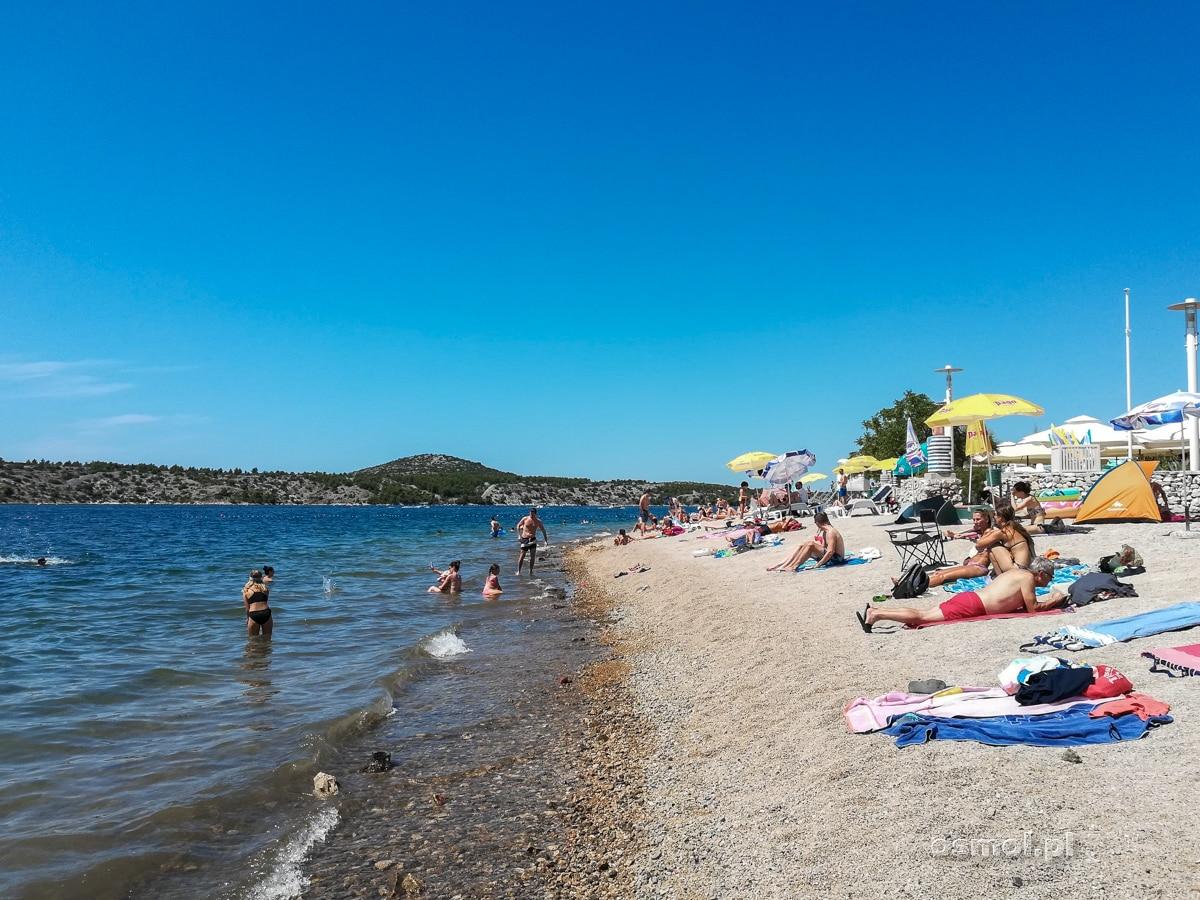 Plaża miejska w Szybeniku ma wszystko, czego trzeba: sanitariaty, prysznice i przestrzeń. Ok plaża jest kamienista, ale w Chorwacji to norma