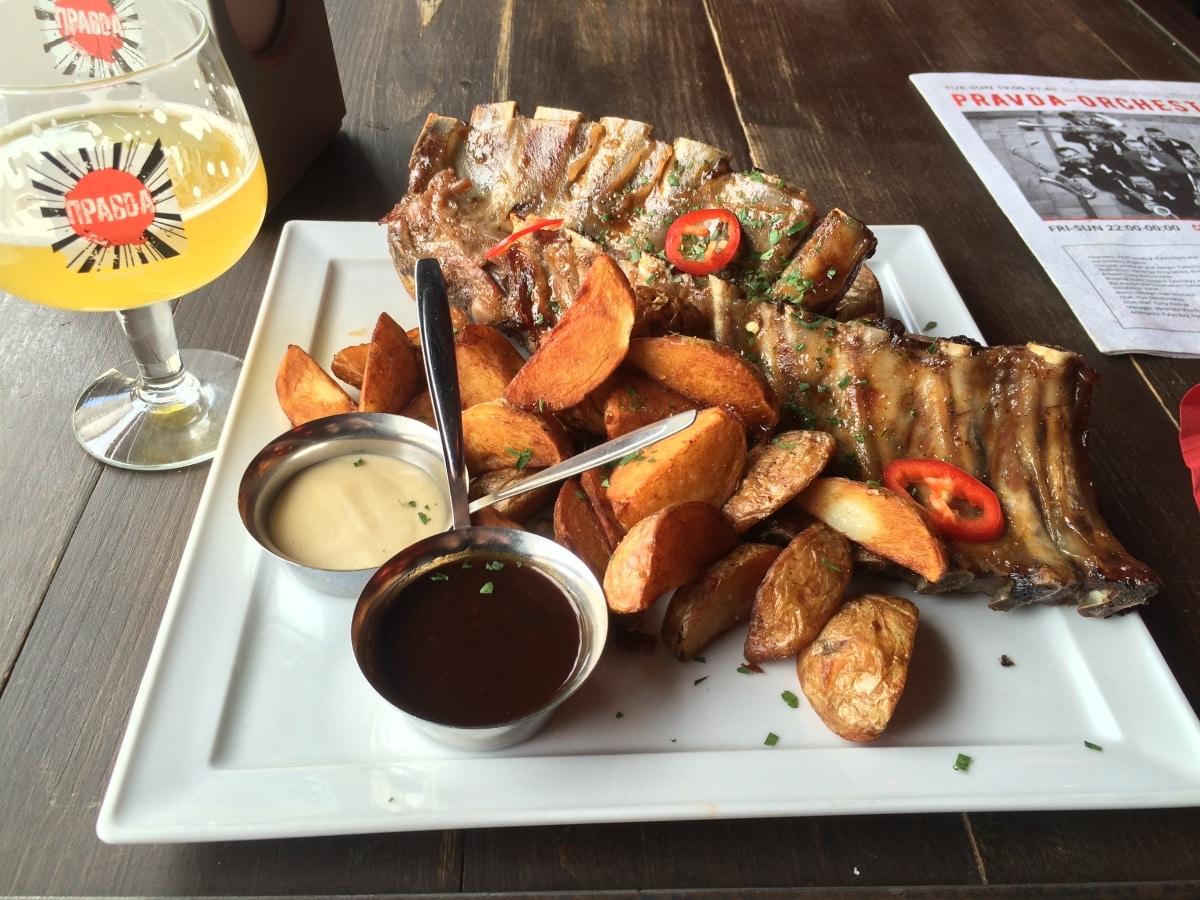 Jedzenie we Lwowie - tu żeberka z teatru piwa Prawda