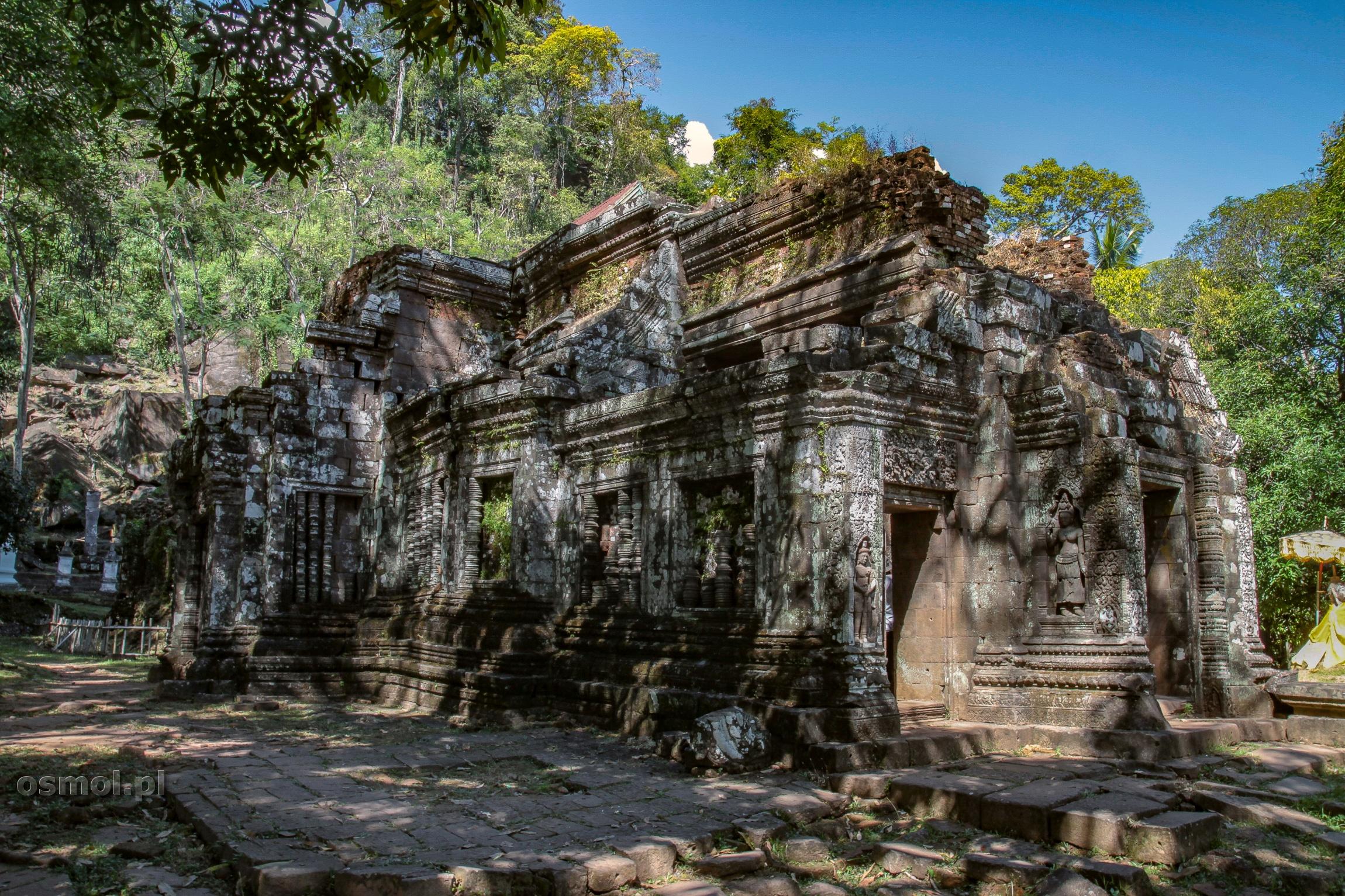 Świątynia Wat Phou w Champasak zatopiona wśród zieleni - jedno z najładniejszych miejsc w Laosie