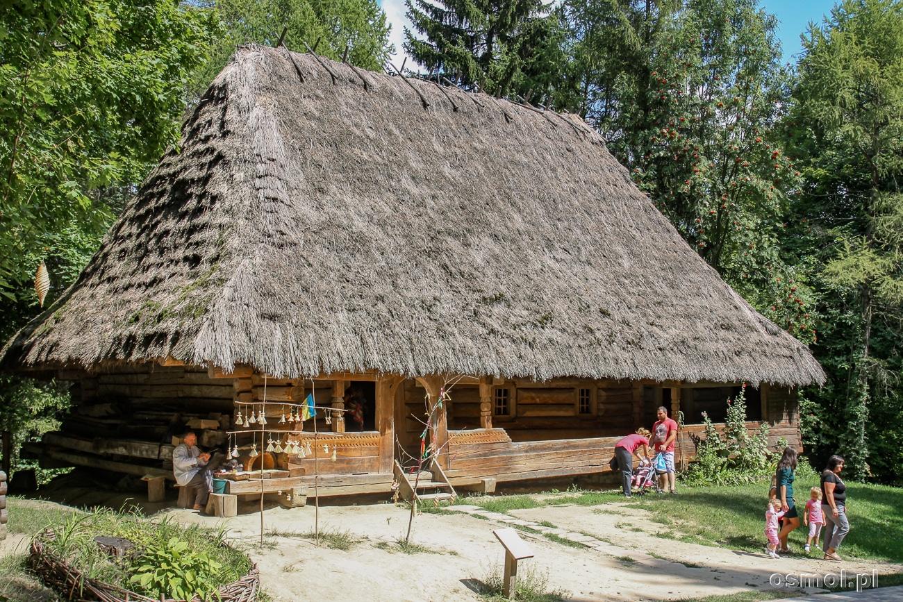 Jeśli się dobrze przypatrzycie, to w rogu chaty jest opiekun domu. Ubrany w tradycyjny strój, zajmuje się jakimś dawnym zajęciem. Ku uciesze turystów rzecz jasna.