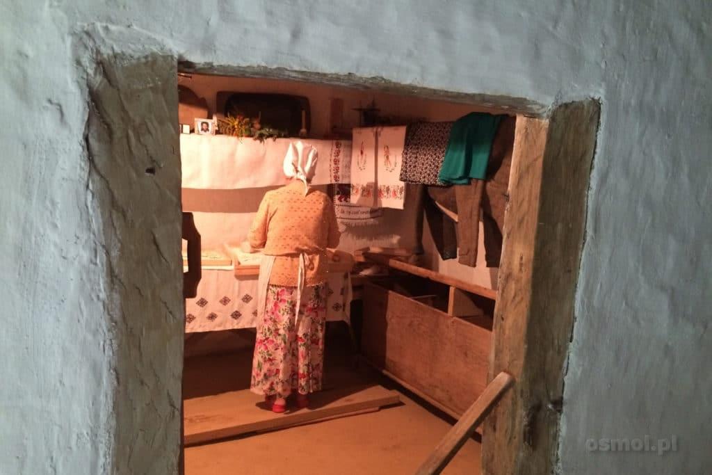 Kobieta lepiąca pierogi w skansenie we Lwowie