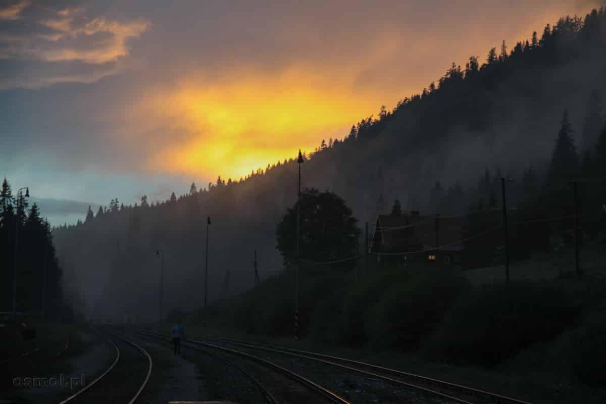 A tymczasem wieczorem na stacji kolejowej...