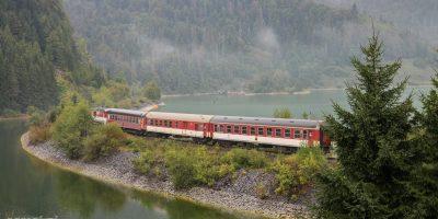 Pociąg na Słowacji jadący nasypem obok miejscowości Dedinky