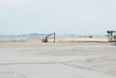 Powiększanie wyspy piaskiem w Malezji
