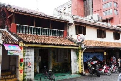 Stary dom na ulicy w Malezji