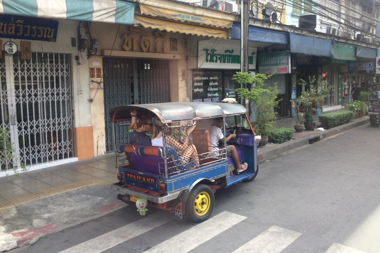 Tuk Tuk z turystami w Bangkoku