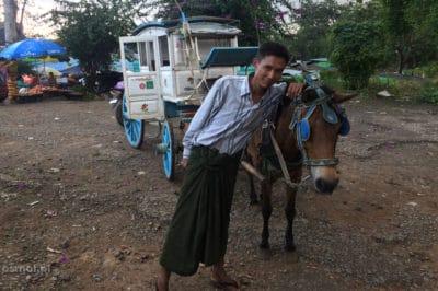 Mężczyzna w longyi w Birmie