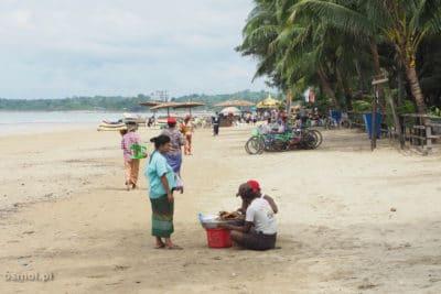 Plaża Chaung Tha kobiety sprzedające przekąski i ryby