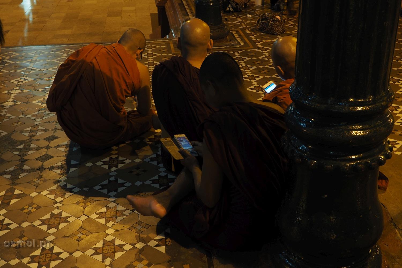 Mnisi w Birmie z komórkami