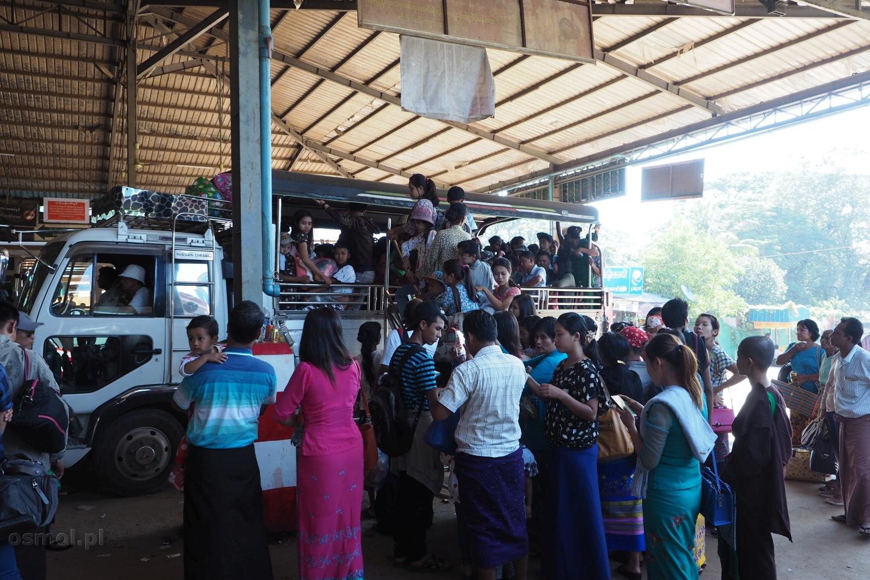 Ciężarówka jadąca na Złotą Skałę w Birmie