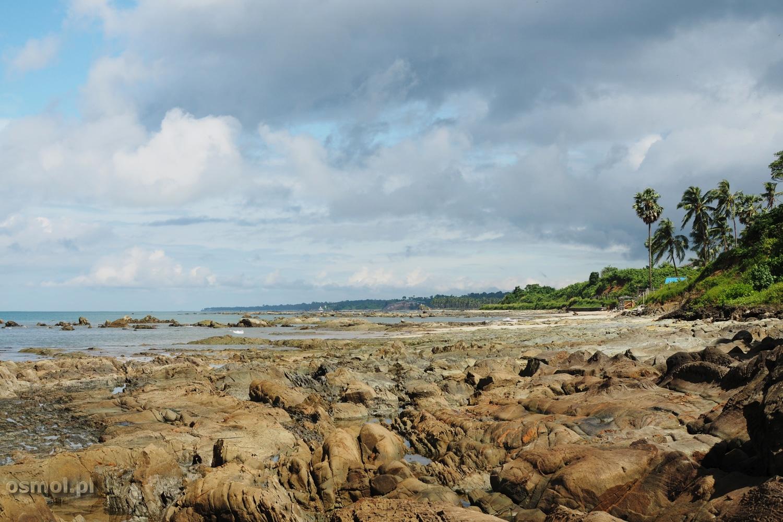 kamienista plaża w Birmie