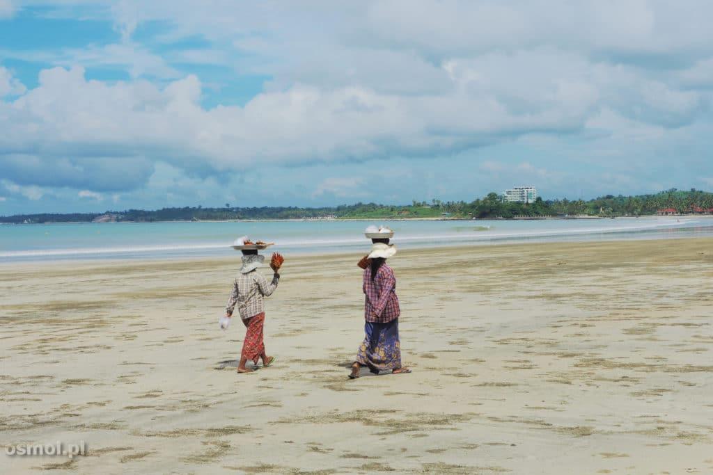 Birma - kobiety sprzedają ryby na plaży