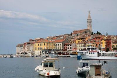 Widok na wyspę ze starym miastem w Rovinj
