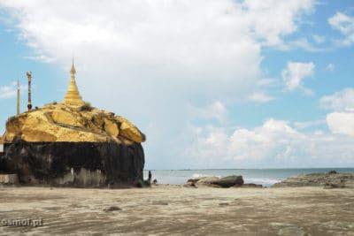 Pagoda na plaży Chaung Tha w Birmie