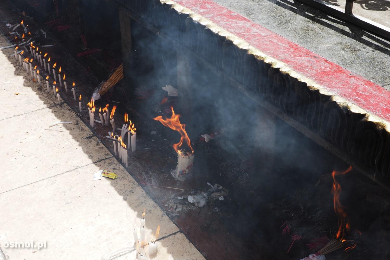 Chyba pod każdą szerokością geograficzną ludzie palą kadzidełka i świece, by coś wymodlić