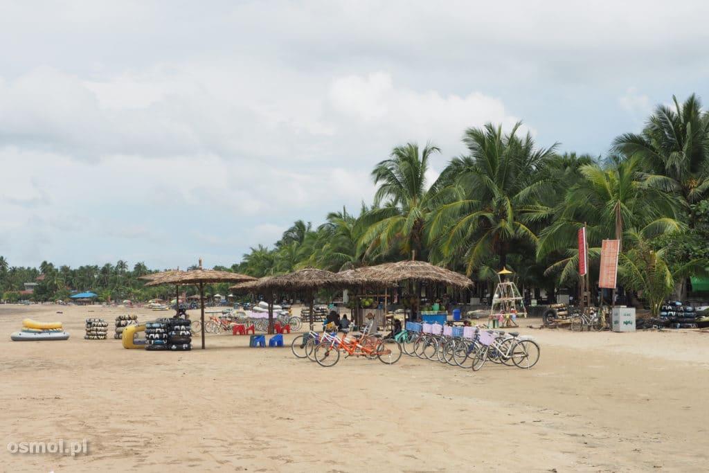 Wypożyczalnia rowerów na plaży w Birmie