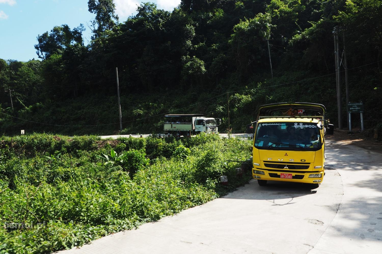 Ciężarówki na drodze z lub do Złotej Skały