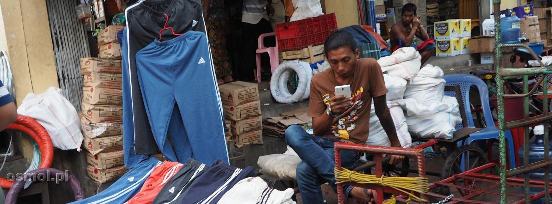Dziś na każdym straganie z artykułami w bocznych uliczkach np. Rangunu możemy dostrzec kogoś, kto z komórką w ręku zabija czas, oczekując na klientów.