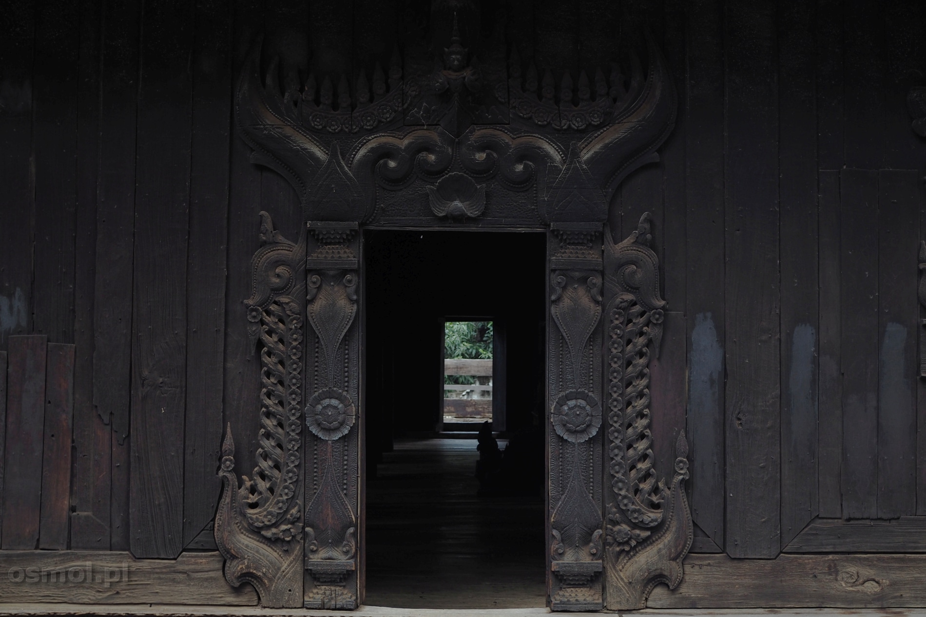 Zdobione drzwi w klasztorze Birma