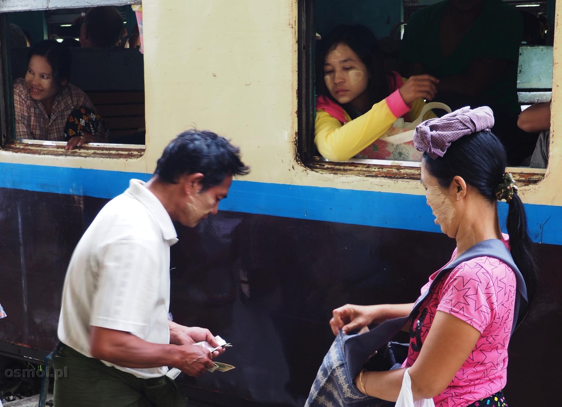 Handel na peronie stacji kolejowej w Birmie