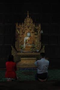 Modlitwa w klasztorze w Birmie