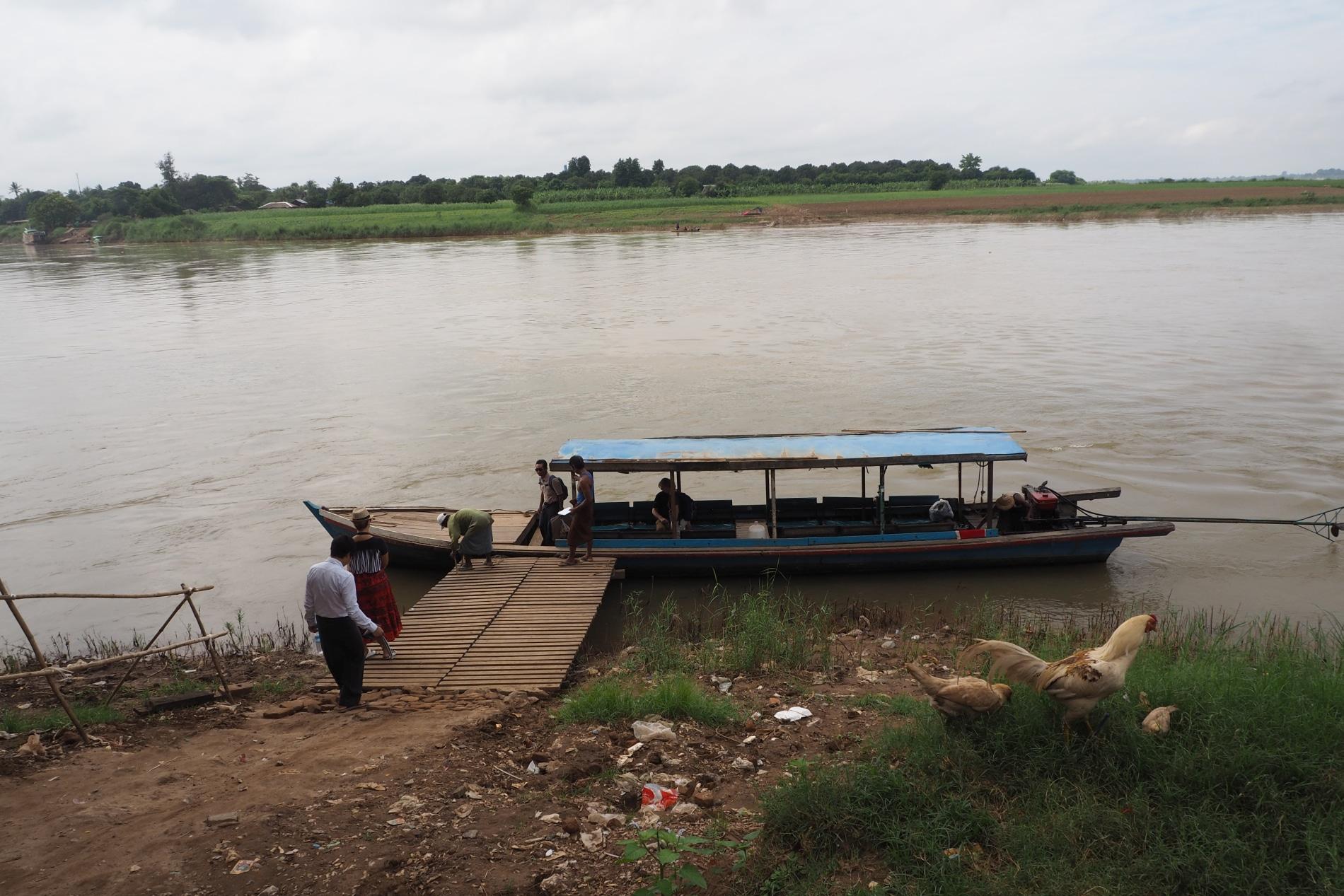 Łódź przez rzekę Irawadi do Inwy