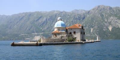 Wysepka z kościołem Matki Boskiej na Skale w Peraście to jeden z najbardziej malowniczych zakątków Czarnogóry