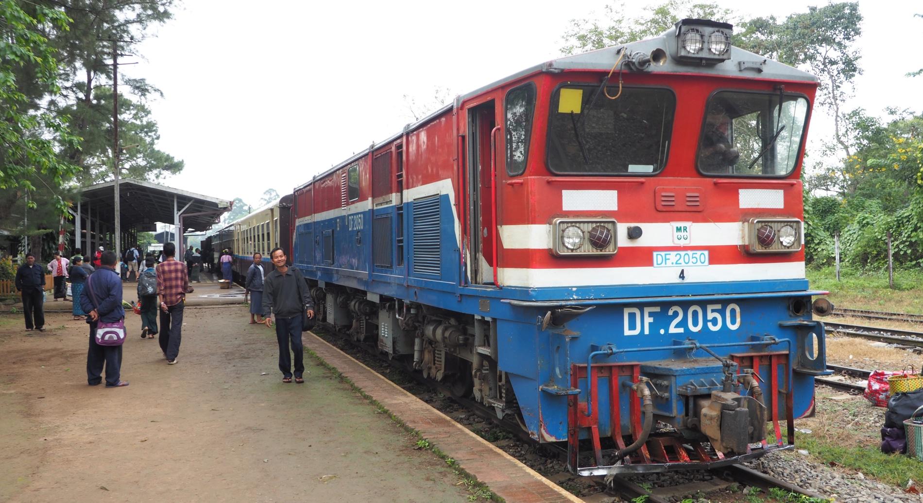 Pociąg na stacji w Birmie